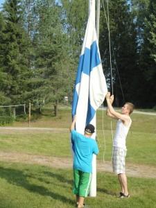 Aamulla lippu nostetaan ja illalla lasketaan.
